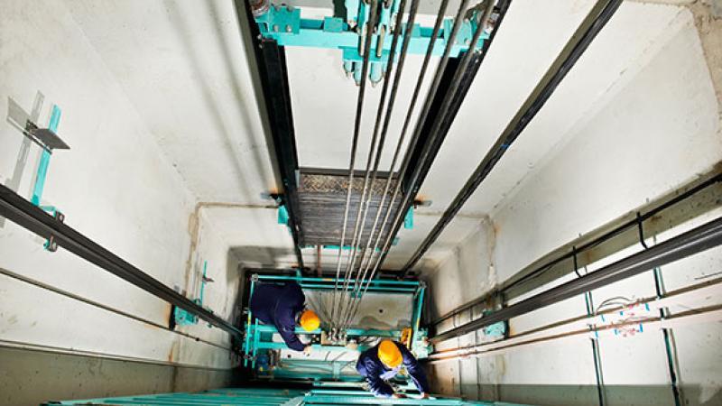 Mechaniker im Aufzug (c) Dmitry Kalinovsky - Shutterstock